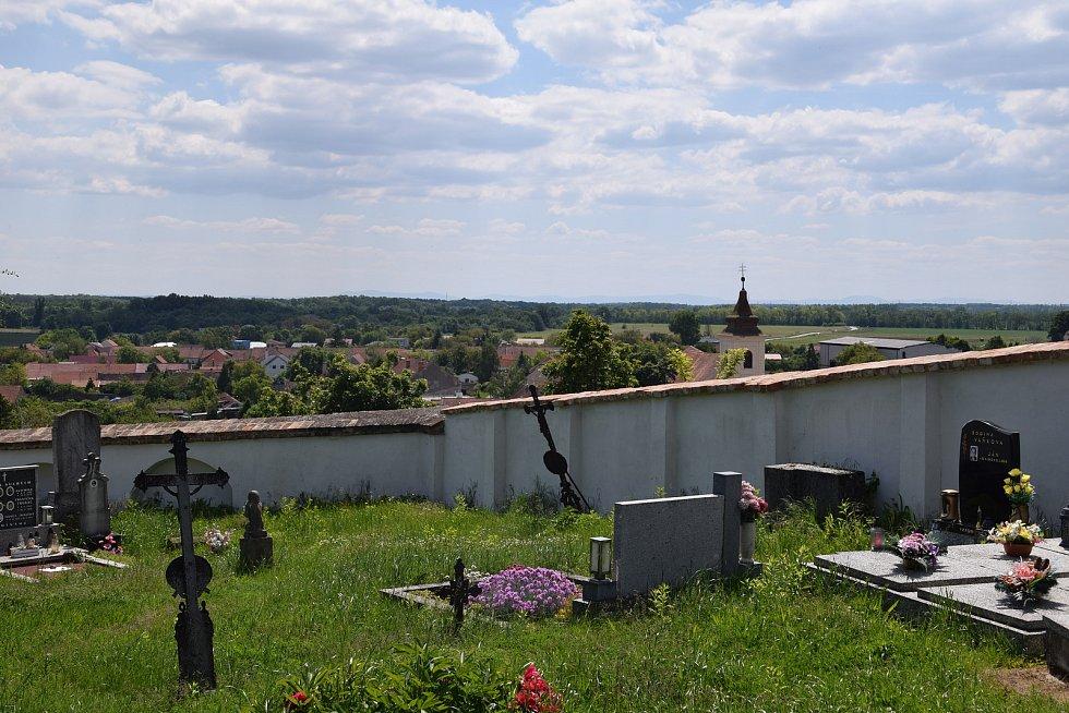 Pohled na Bulhary ze hřbitova