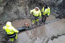 Vodohospodáři opravovali vodovodní potrubí uprostřed pole u Šakvic na Břeclavsku.