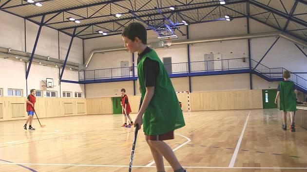 Sportovní hale ve Valticích zatím chybí venkovní omítka. Uvnitř se však čile sportuje. V pondělí nový povrch vyzkoušeli mladí florbalisté.