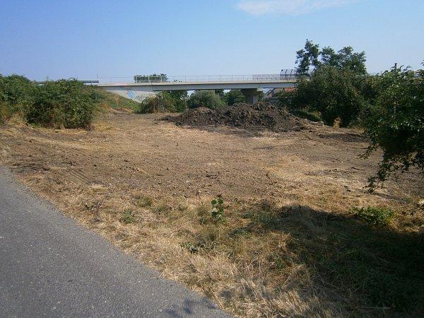 Do obnovy neprostupného místa zarostlého keři poblíž železnice, ze kterého si někteří udělali smetiště, se pustili Vranovičtí. Stane se zněj parkově upravená plocha se stromy, lavičkami a odpadkovými koši pro místní obyvatele icykloturisty.