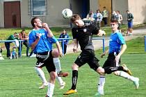 Fotbalisté Lanžhota (v černém) si z Podivína odvezli bod.