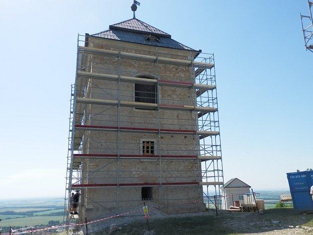 Turisté již na vrcholu mikulovského Svatém kopečku vídají lešení. Trubky obepnuly kvůli opravám zvonici.
