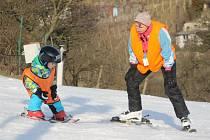 Čtyřicet až šedesát centimetrů sněhu leží stále na sjezdovce v Němčičkách. Navzdory teplému únorovému počasí. I v neděli dopoledne tam vykrajovali oblouky lyžařští učedníci pod dohledem zkušených lektorů.