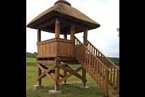 Kobylští postavili novou ptačí pozorovatelnu. Svépomocí. Návštěvníci z ní mohou vyhlížet čápy, volavky a další živočichy.