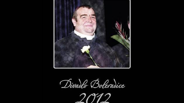 Boleradické divadlo vydalo velký nástěnný kalendář na rok 2012. Herci jej věnovali svému nedávno zesnulému kolegovi Antonínu Korábovi.