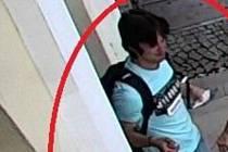 Policisté žádají o pomoc s identifikací neznámého mladíka na fotografii.