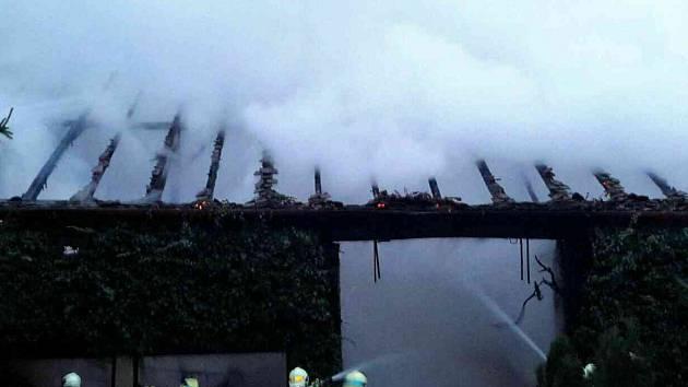 Devět hasičských jednotek zasahovalo u požáru stodoly v Hostěradicích.