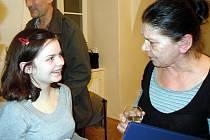 Učitelka Základní umělecké školy v Mikulově Irena Mrázková si za svou činnost vysloužila uznání města Mikulova. Na snímku se svou žákyní Marií Hasoňovou.