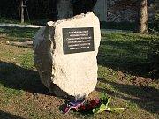 Pod židovským hřbitovem v Mikulově odhalili památník k nucenému vysídlení před osmdesáti lety.
