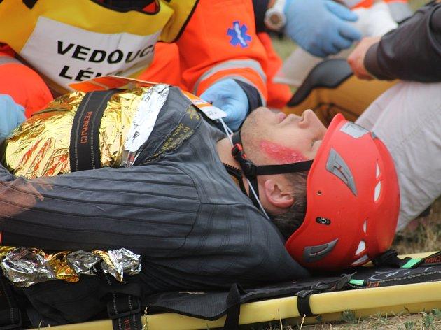 Cvičení Katamarán 2018. U přístaviště v Pavlově na Břeclavsku se dostala do problémů výletní loď. Záchranáři lovili z vody topící se lidi. Po jednom cestujícím pátrali policejní potápěči.