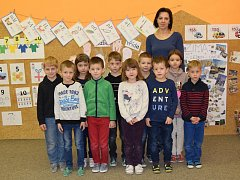 Žáci 1. třídy ze základní školy ve Vrbici s třídní učitelkou Petrou Veverkovou.