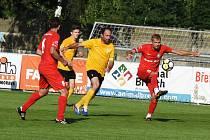 Zápas s Mutěnicemi rozhodl Lanžhot (v červeném) až v poslední čtvrthodině díky gólům Smolinského, Kosorína a Svitoka. Proti Strání skórovali Mikůšek a opět Kosorín.