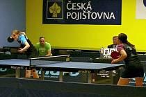 Lenka Harabaszová (vlevo) bojuje s Kučerovou z Hluku. Marně.