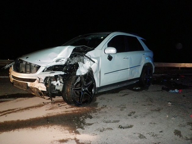 Záchranáři odvezli po dopravní nehodě na dálnici dva lidi do nemocnice. U Velkých Němčic se v noci na čtvrtek čelně střetla dvě osobní auta.