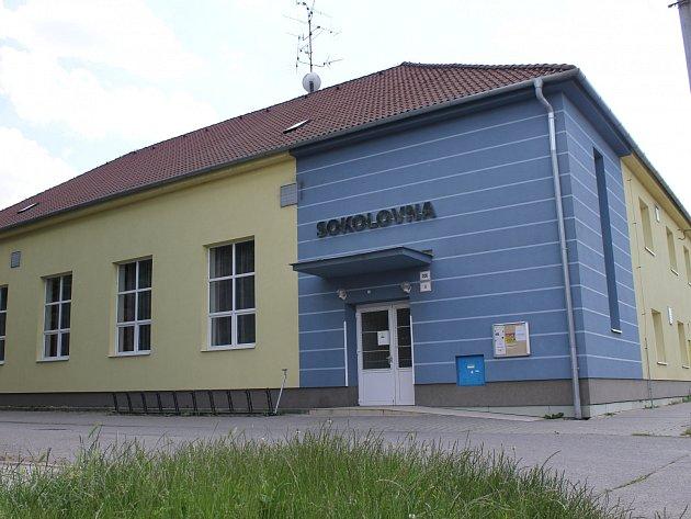 Prostory sokolovny v Charvátské Nové Vsi využívá hned několik spolků, kapel, pořádají se tam i soukromé akce. Dlouhodobým nájemcem je tamní Sokol.