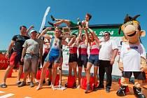 Břeclavský veslař Lukáš Helešic (třetí zleva) třímá trofej pro vítěze juniorské osmy. Oslavám přihlíží kromě maskota i jeho trenér Josef Akai (zcela vlevo).