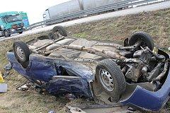 Nehoda škodovky a kamionu značky Volvo se stala v pondělí před polednem na dálnici u Břeclavi. Osobní auto po ní skončilo na střeše v příkopě.