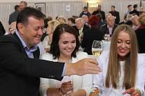 Valtické vinné trhy se loni poprvé konaly v opraveném výstavním areálu. Na snímku jsou zástupci vinařství Sing Wine z Velkých Bílovic, které letos získalo šampiona za Irsai Oliver.