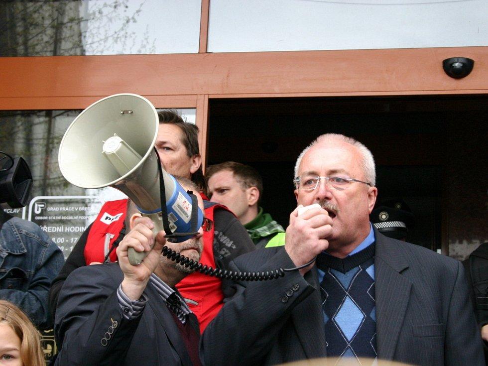 Starosta Břeclavi Oldřich Ryšavý mluví k demonstrantům.