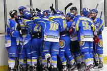 Břeclavští hokejisté (v modrém) se Žďárem vydřeli výhru 5:4.