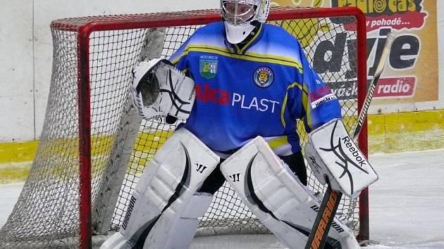 Břeclavští hokejisté (v modrém) se postaví brněnské Technice.
