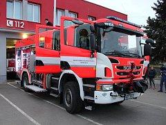 Dobrovolní hasiči z Drnholce dostali novou cisternu.