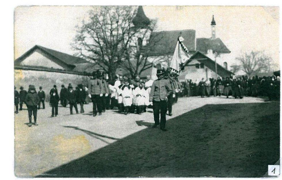 Amatérský historik František Válka z Velkých Němčic shromáždil na čtyři tisíce dobových fotografií a dokumentů.