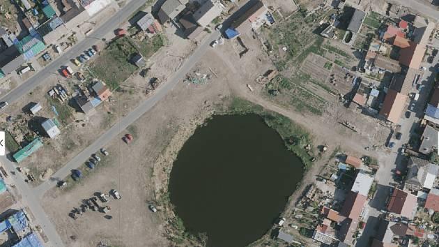 Letecké snímky zachycující pohled na obce zasažené tornádem. A to v roce 2018 před katastrofou, krátce po ní a na konci července. Na snímku rybník v Mikulčicích.