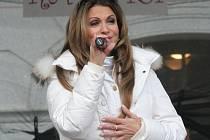 Herečka a zpěvačka Yvetta Blanarovičová v sobotu pobavila poměrně zaplněné mikulovské Náměstí. Vánoce pod radnicí nalákaly návštěvníky i na vystoupení dětí, živý betlém, jarmark a horké nápoje.
