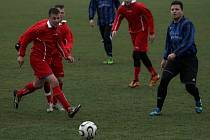 Lanžhotští fotbalisté (v červeném) porazili doma o soutěž níž hrající Mikulov.