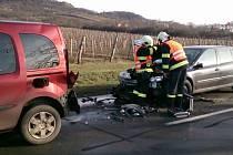 V ulici Brněnská v Mikulově se srazily tři osobní automobily. Na místě byla jedna osoba se středně těžkým zraněním a pět s lehčím.