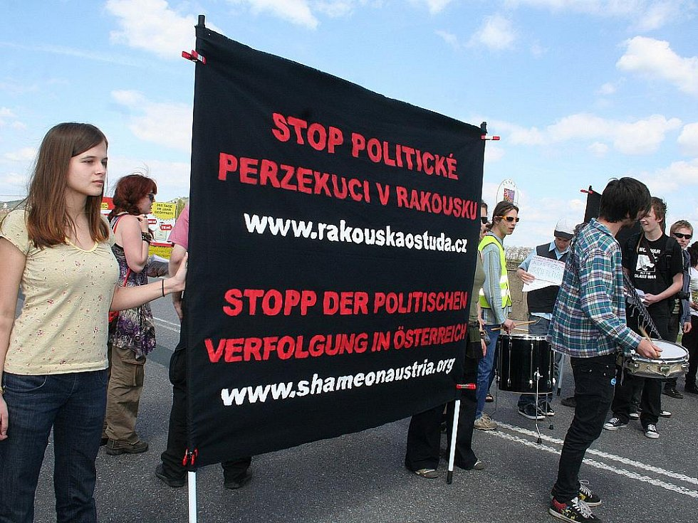 Zhruba dvacítka aktivistů zablokovala ve středu ve dvě hodiny odpoledne na čtvrt hodiny dopravu na česko-rakouské hranici za Mikulovem.