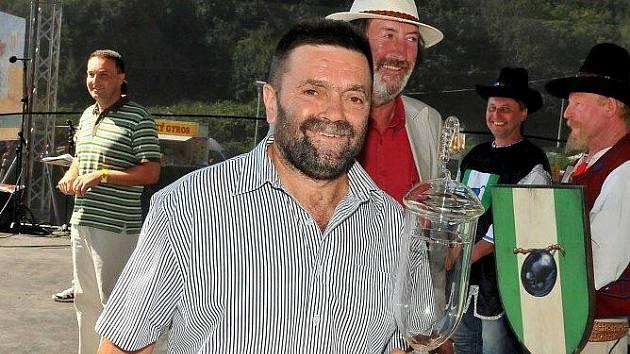 Vítěznou trofej převzal Otto Malčic ve Vizovicích z rukou herce a baviče Bolka Polívky.