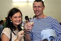 V pořadí druhý košt mladých vín, tentokrát doplněný o domácí pomazánky, přilákal do sokolovny v Šakvicích přes dvě stovky návštěvníků. K akci patřil také jarmark s ukázkou a prodejem ručních prací i doprovodný výtvarný program pro děti.