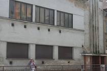 Funkcionalistická budova na hlavním tahu Břeclavi je zavřená přes osm let. Namísto oprav se dočkala jen zabezpečení oken a vchodu z ulice.