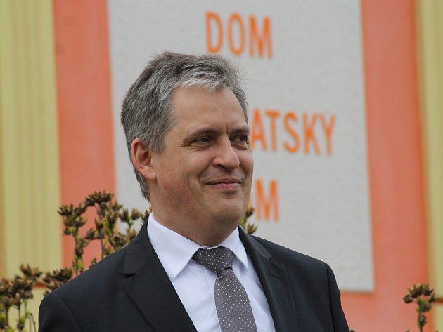 Ministr Jiří Dienstbier ve čtvrtek poklepal na základní kámen muzea moravských Chorvatů v Jevišovce. I za účasti lidí, kteří byli po válce z vesnice nuceně vysídlení.