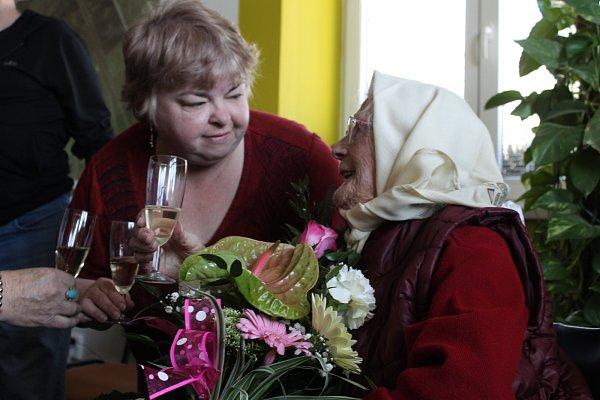 Ludmile Cenkové bude dvacátého dubna rovných sto let. Smírným předstihem už jí popřála ladenská starostka Renáta Priesterrathová.