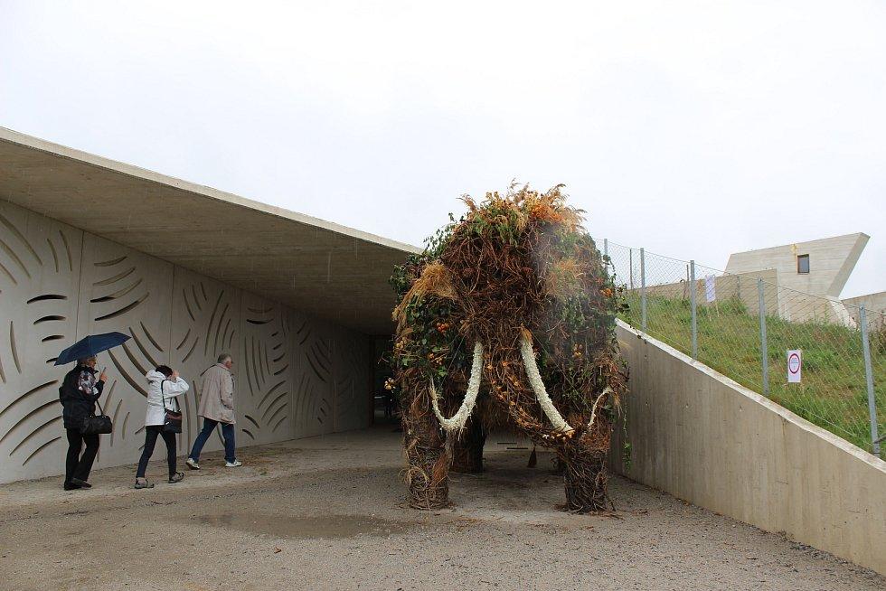 Vstup do archeoparku střeží květinový mamut.