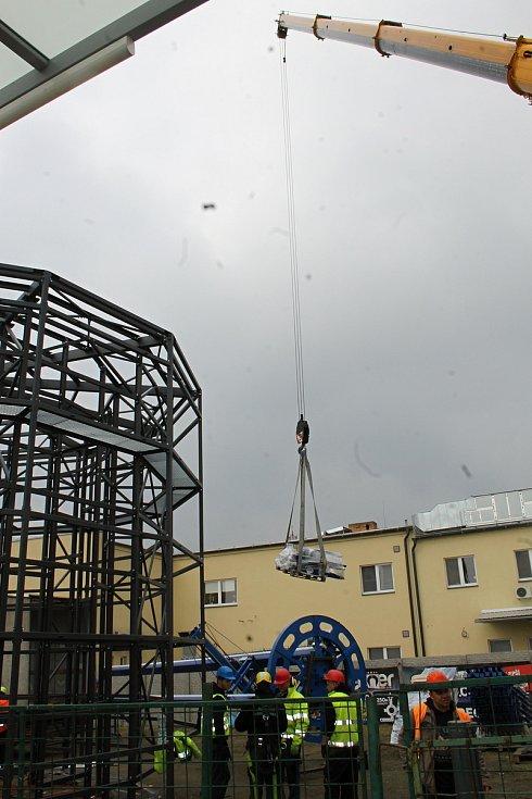 U břeclavského hlavního nádraží začali dělníci spojovat základní konstrukci nové cyklověže. K dispozici bude čtyřiadvacet hodin denně a pojme až 120 jízdních kol. Foto: Deník/David Kvapil
