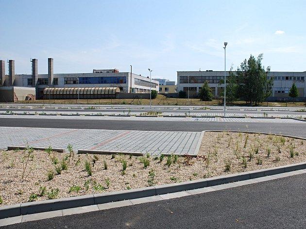 Nové parkoviště u břeclavské nemocnice má 264 míst, sto osmdesát pro pacienty a návštěvníky.