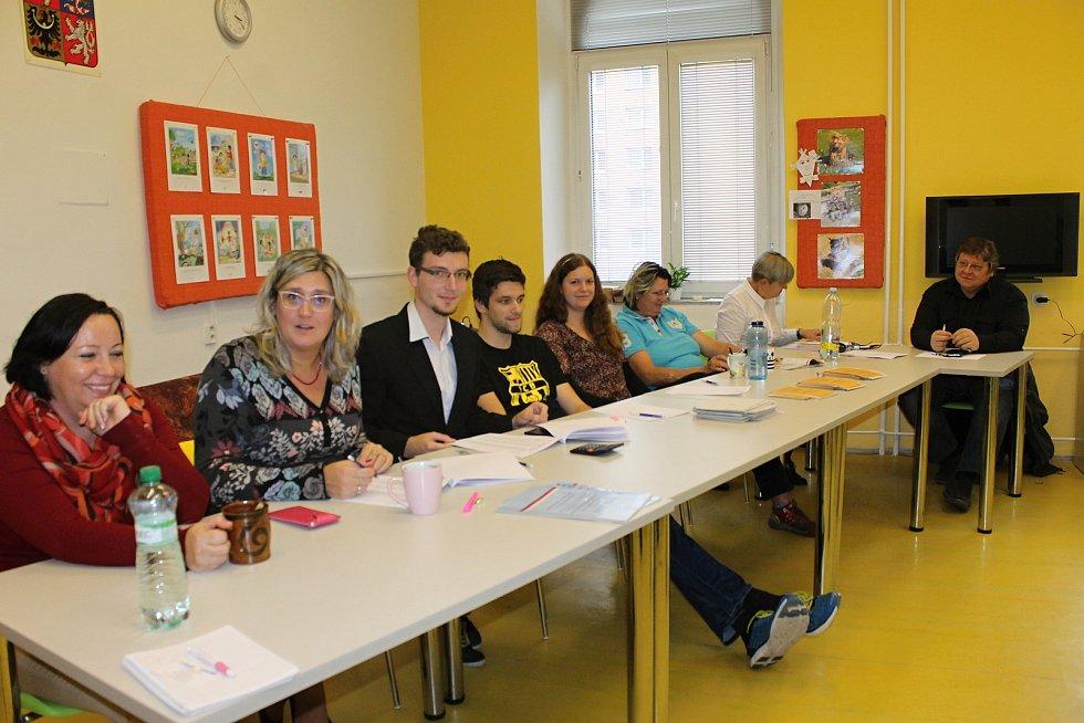 """Ve volební místnosti v základní škole Sovadinova v Břeclavi přivítali již desítky prvních voličů. Na prvního prvovoliče však zatím čekají. """"Zatím chodí lidé kolem pětapadesáti let v průměru,"""" uvedla místopředsedkyně tamní komise Silva Paprsková."""