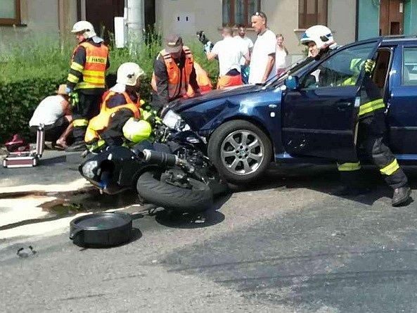 K vážné dopravní nehodě vzlétl záchranářský vrtulník v neděli po jedenácté hodině dopolední do Břeclavi. V místní části Charvátská Nová Ves tam při odbočování nedal přednost motorkáři řidič oktávie.