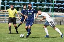 Břeclavští fotbalisté (v modrém) zdolali Tasovice 2:0.