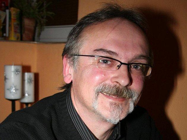 Milan Blažek patřil k nejviditelnějším tvářím listopadových událostí v Břeclavi. Někdejší učitel byl u vzniku tamního občanského fóra, demonstrací i stříhání drátů. V Břeclavi také připravoval první svobodné volby. V roce 2006 kandidoval za ODS na senátor