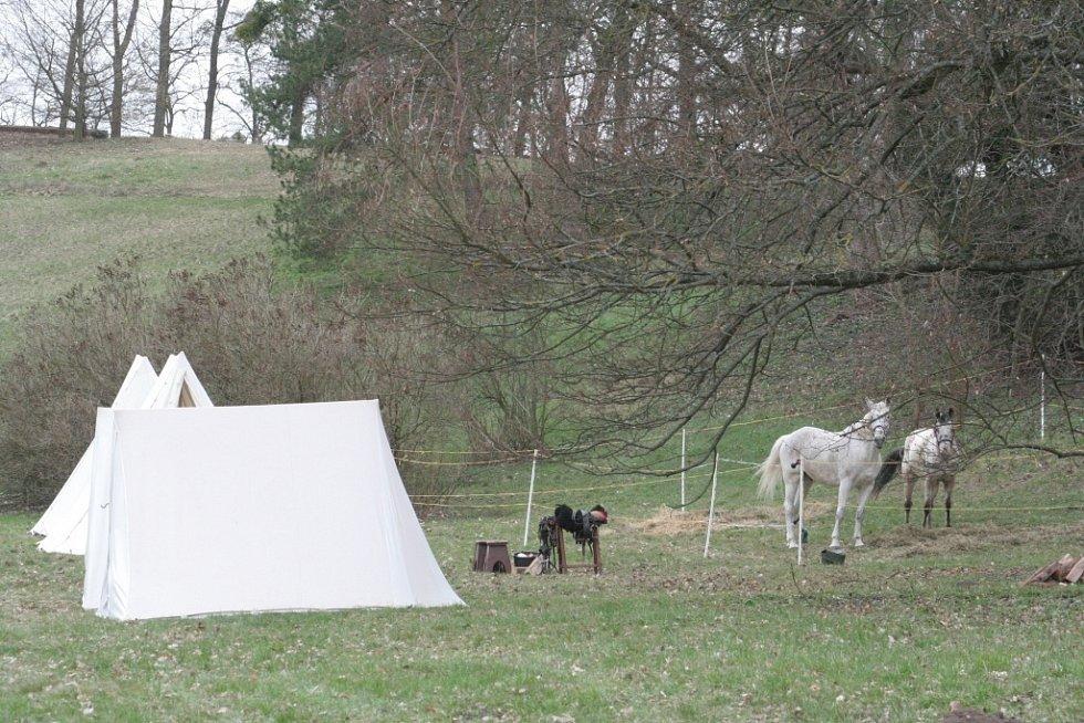 V zámeckém parku ve Valticích postavili stanový tábor vojáci francouzské a rakouské armády.
