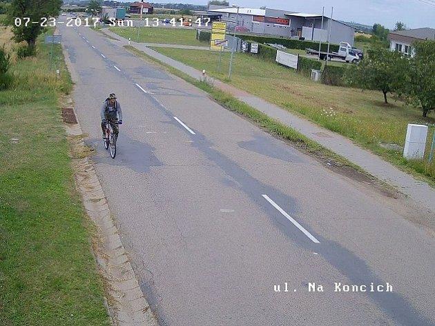 K dispozici je snímek zachycující muže ve věku do pětatřiceti let. Když se dostal do záběru kamery, seděl na jízdním bílo-červeném kole. Podle všeho jde o svědka, který by kriminalistům mohl významně pomoci.