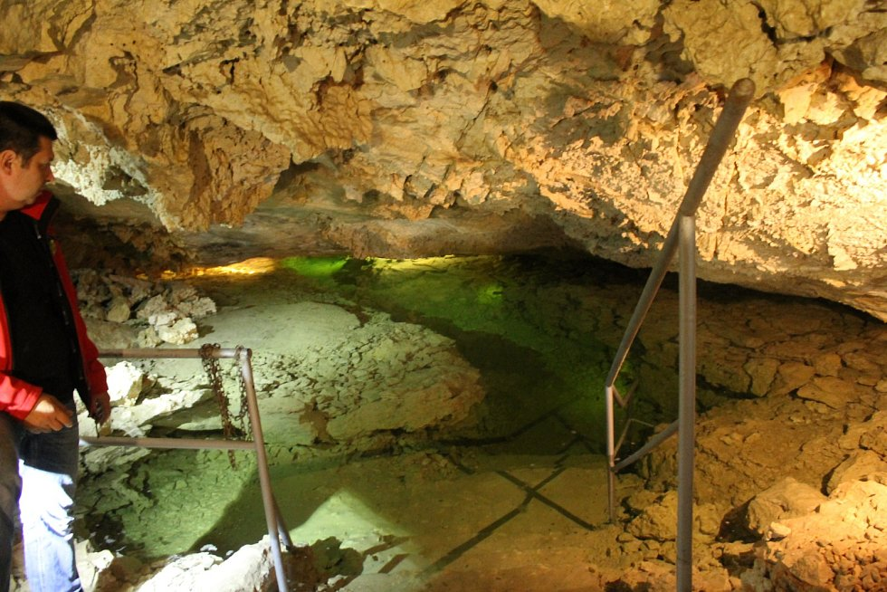 Hladina smaragdového jezírka v Jezerním dómě v Mikulově za poslední měsíc poklesla zhruba o pět metrů.  Od soboty bude prostor po roční přestávce součástí prohlídky Jeskyně Na Turoldu.