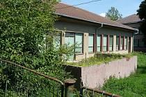 Areál bývalé školky Na Pěšině je zarostlý bujnou vegetací.