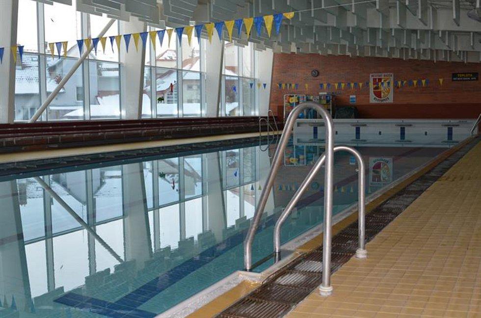 Hustopečský krytý bazén je od února opět otevřený plavcům. Uvítá je barevný interiér.