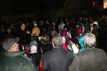 Akce Česko zpívá koledy se poprvé účastnili i Pohořeličtí. Zhruba 250 lidí se sešlo na dvorku za školou. Komorní atmosféra malého zákoutí byla umocněna finskými svícemi, Vánočním stromečkem a osvětlením v podobě malých luceren.